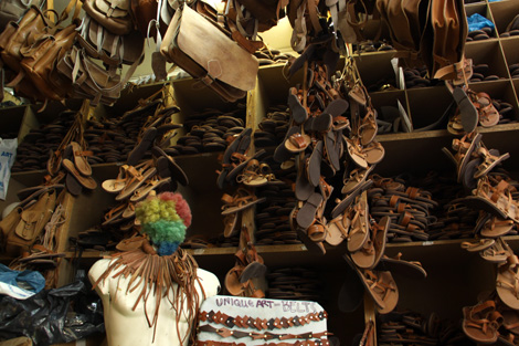 75fb0d56534 Δουλεύουμε ολόκληρη τη μέρα και πουλάμε τα σανδάλια σε πιο χαμηλή τιμή από  αυτή που αξίζουν. Είναι κάπως τραγική η κατάσταση.